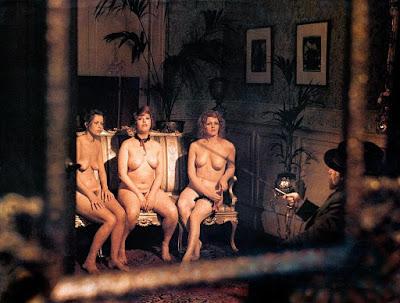 Femme qui vit nue