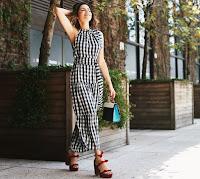 O look composto pelo vestido do Shop2gether só ganhou destaque quando usado com acessórios statement, como a sandália vermelha