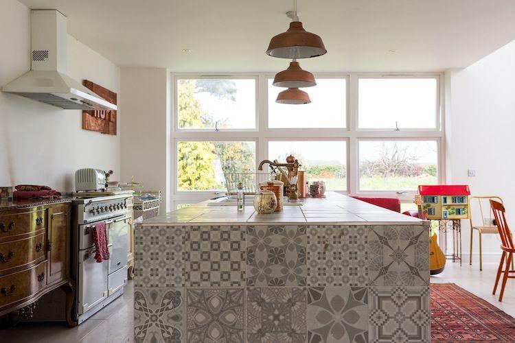 cocina con gran barra y muebles antiguos recuperados