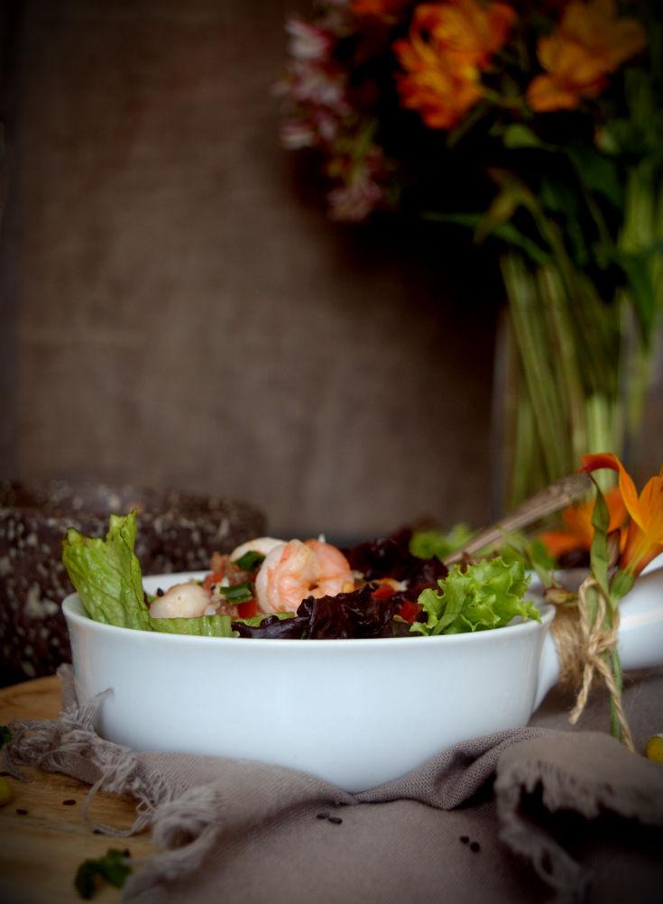 Ensalada de langostinos con virutas de jamón