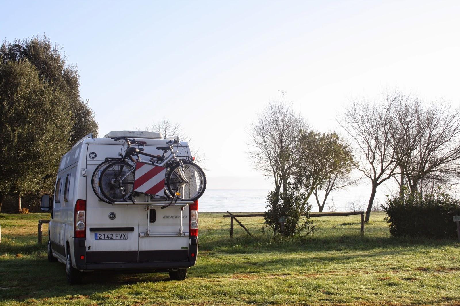 Nuestra furgoneta en el área de autocaravanas del Lago di Bolsena