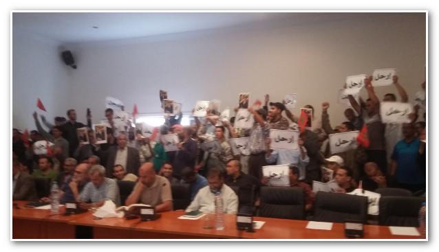 مواطنون يقتحمون دورة مجلس 'أولاد تايمة' ويرفعون 'إرحل' في وجه رئيسهم عن 'البيجيدي'