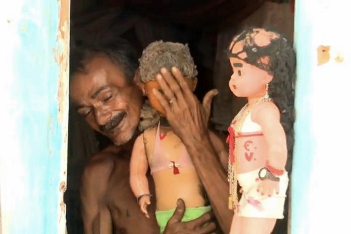 Inusitado relação conjugal com boneca