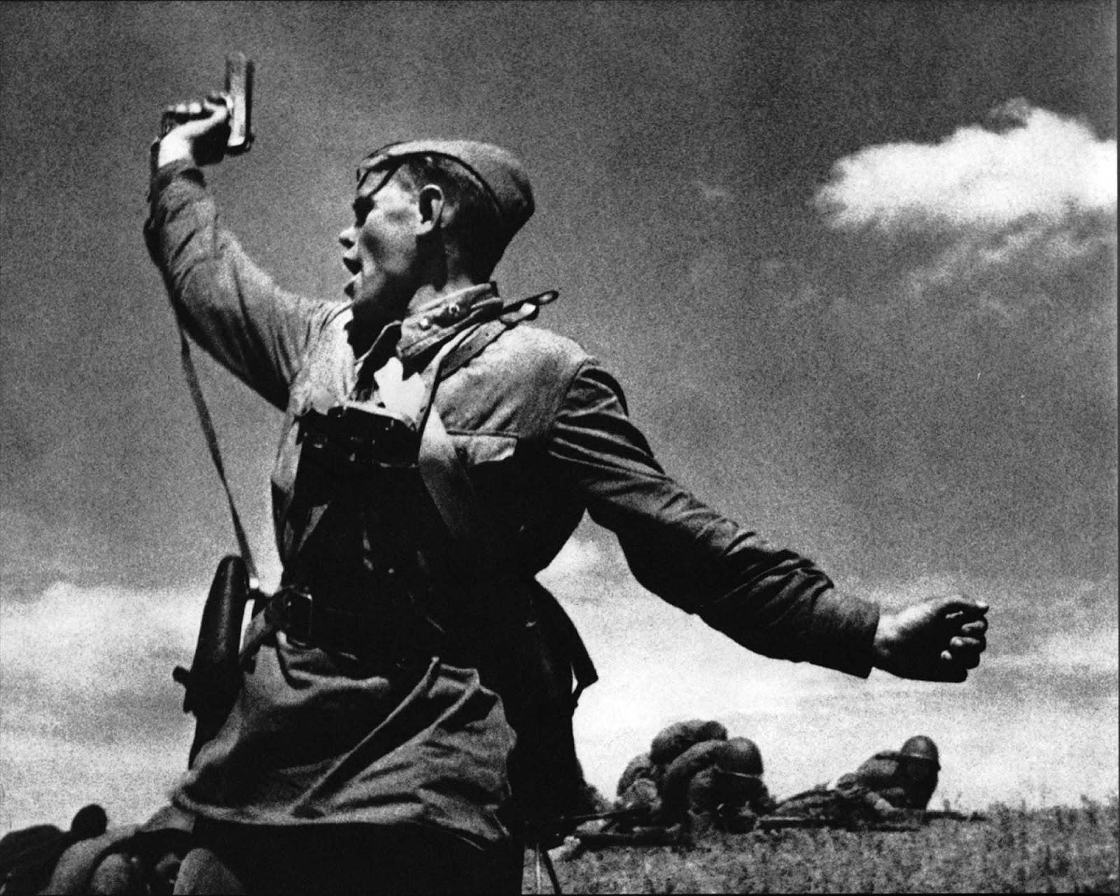 El comisario político Alexey Yeremenko lleva a sus hombres al combate, fue asesinado minutos después de que se tomó esta foto, 1942.