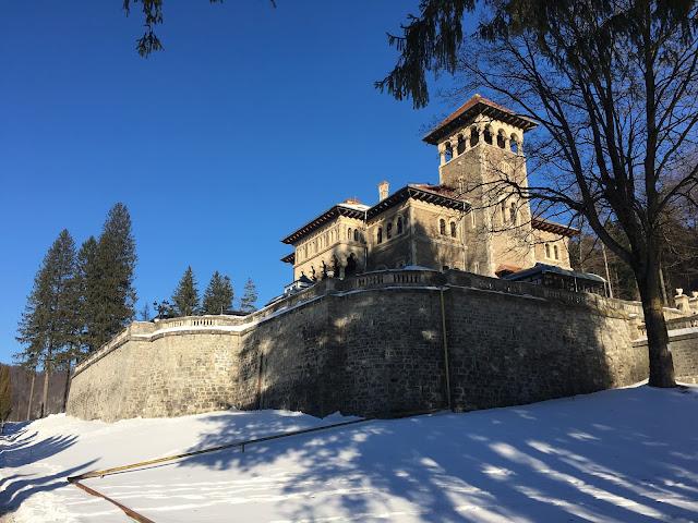 poza de la intrarea in curtea Castelului Cantacuzino