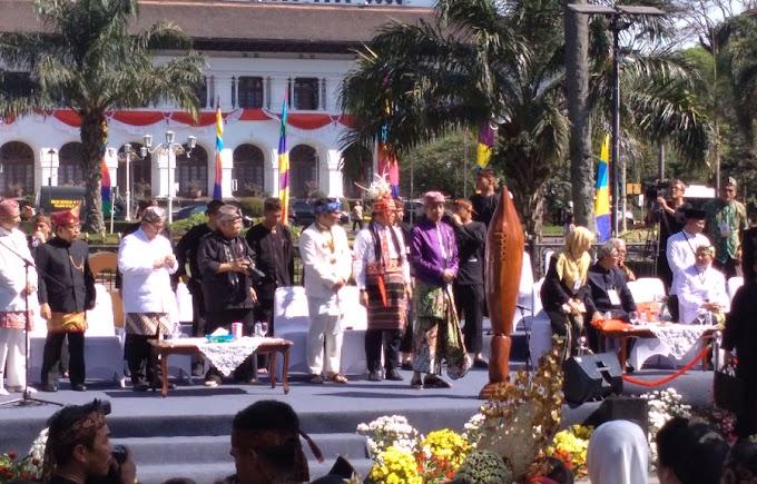 Karnaval Kemerdekaan Pesona Parahyangan: Budayawan Tisna Sanjaya, Merancang 99 Mata Air di Kendaraan Hias Presiden RI Joko Widodo