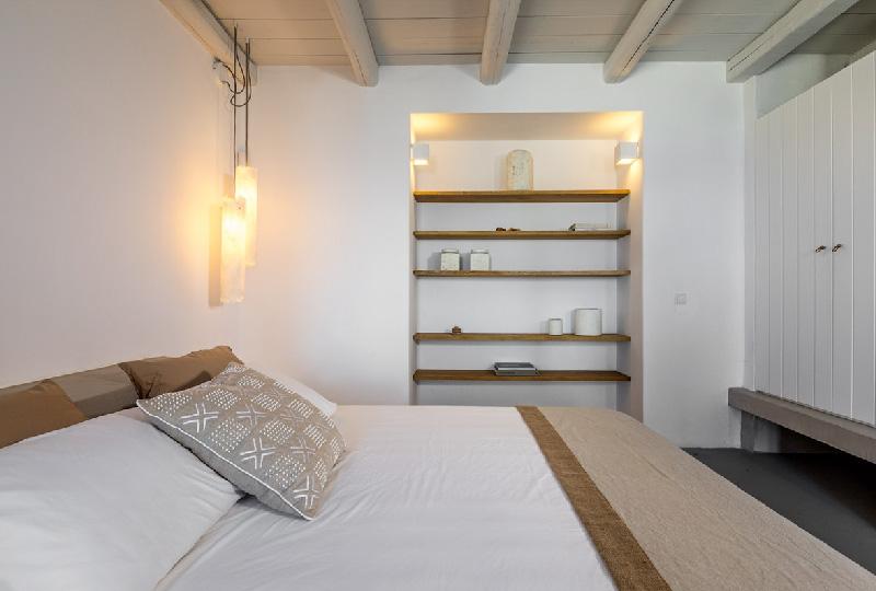camera da letto arredata in modo essenziale
