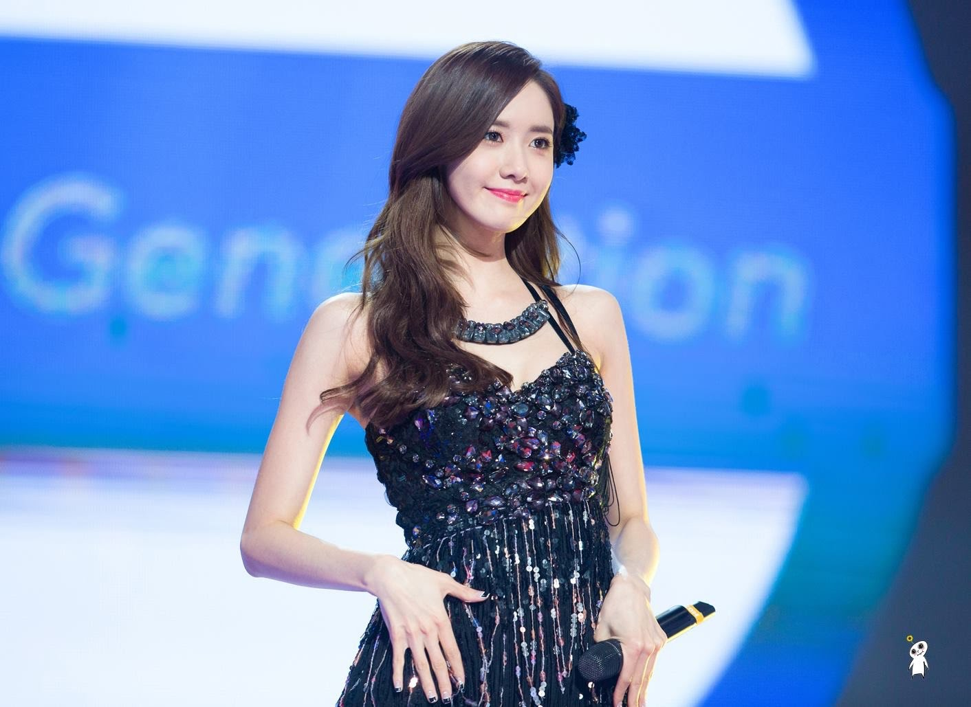 SNSD Artistic Gallery: Yoona Smile On Stage Wallpaper