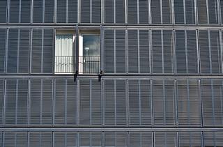 Parte de una fachada. Todas las contraventanas cerradas excepto dos.