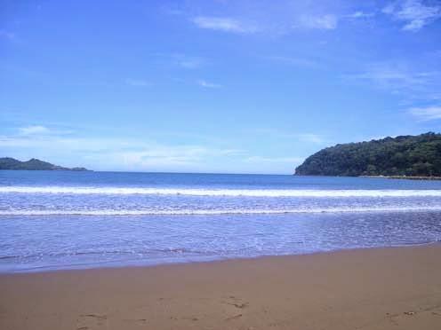 merupakan salah satu objek wisata pantai di Kabupaten Pacitan Menikmati Deburan Ombak Di Pantai Teleng Ria Pacitan
