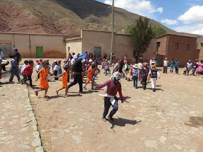 die Kinder waren verkleidet und tanzten mit den Lehrern ... natürlich immer mit einem Teufelchen
