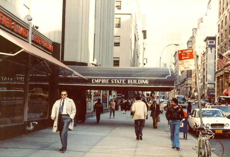 33 Fascinating Photos That Capture Street Scenes of New York City in the Early 1980s