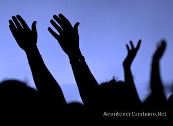 Miles adoran a Dios en desierto