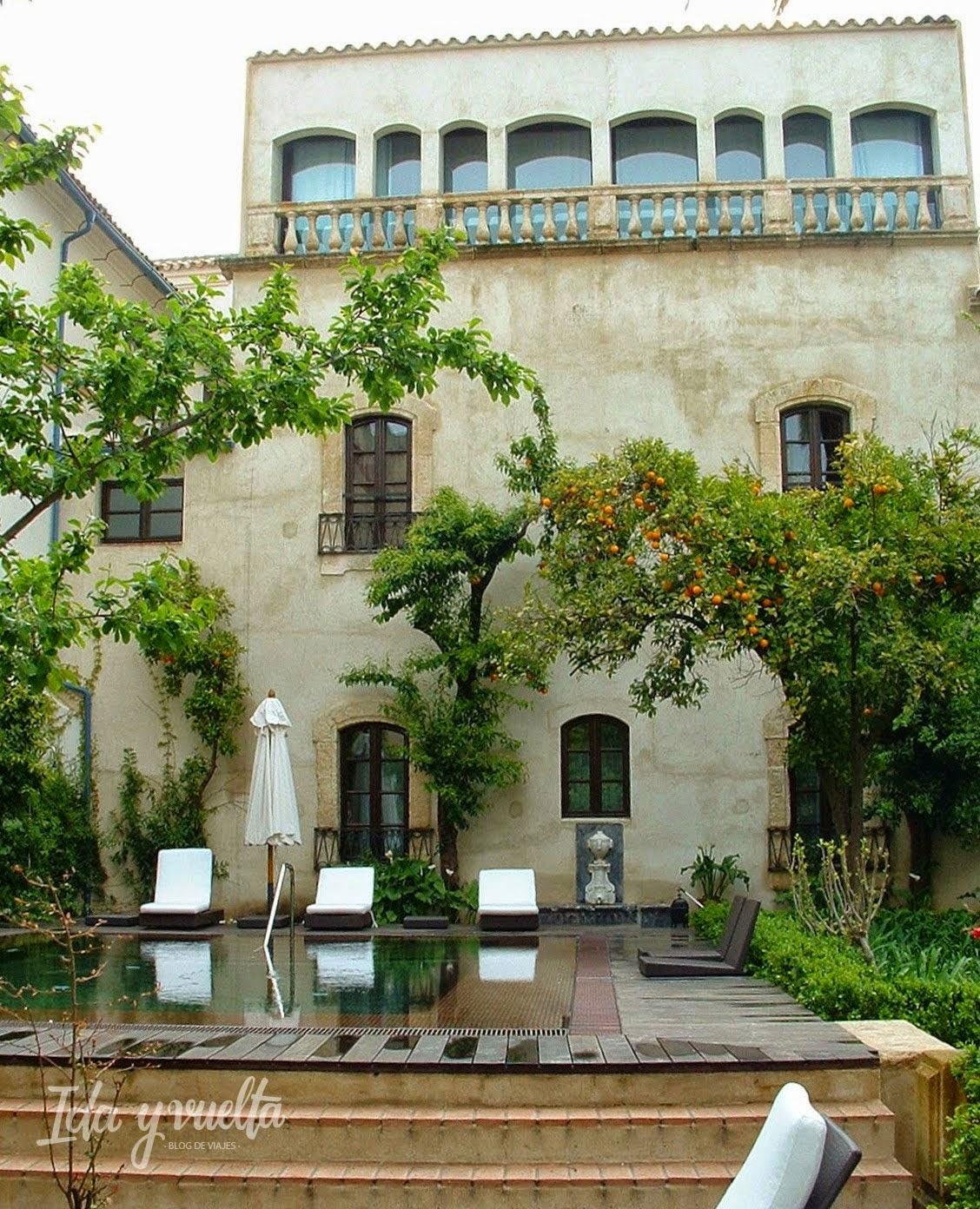 Jardín con naranjos del Hospes Palacio del Bailío