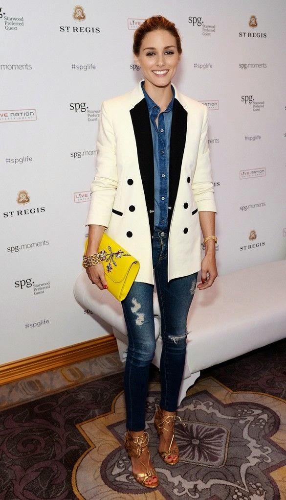 Olivia Palermo - Calças e camisa de ganga blazer branco, clutch amarela, sandálias douradas