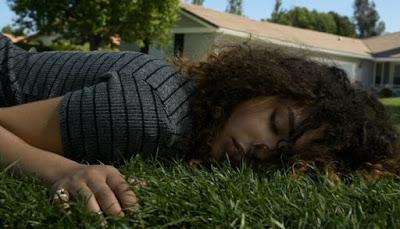 Maddie, dormida en el jardín de su casa, en el piloto de Recovery Road
