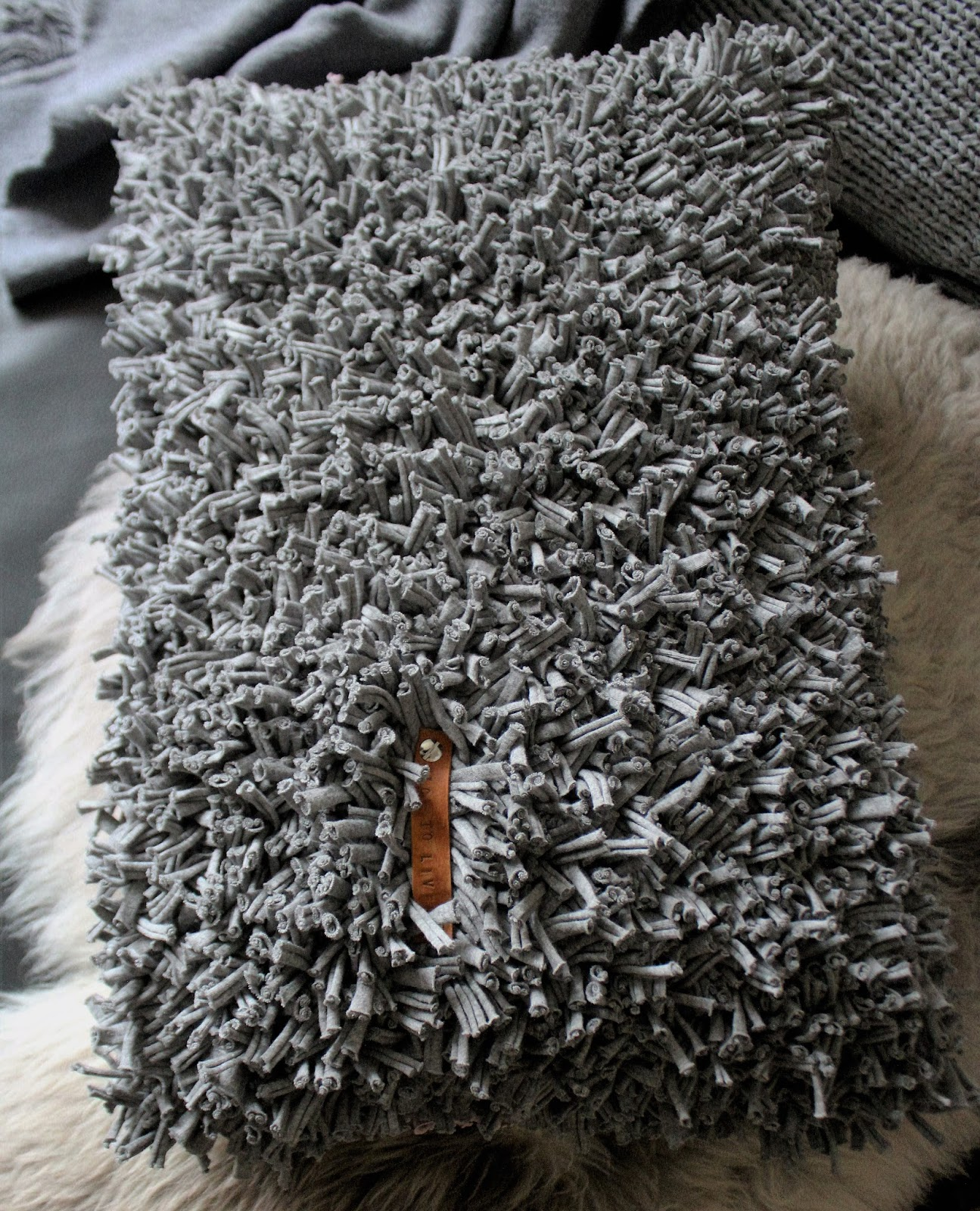 shabbylinas welt wie es mir gef llt kissen und teppich aus textilgarn kn pfen werbung. Black Bedroom Furniture Sets. Home Design Ideas