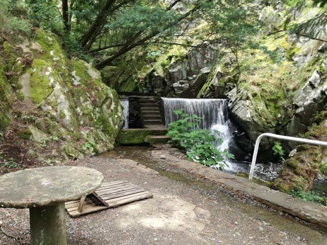 Mesa de Pedra com vista para a cascata