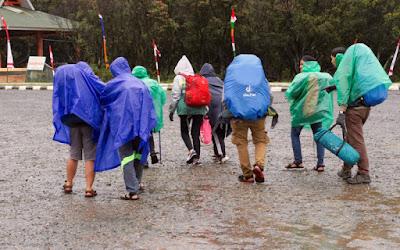 gunakan rain coat saat musim hujan di gunung