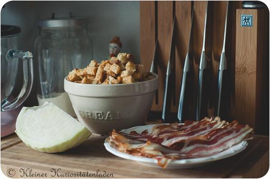 Weißkohl, geröstete Brotwürfel und fein geschnittener durchwachsener Speck