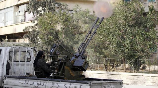 Miembro del grupo terrorista Frente Fath al-Sham (Al-Nusra) abre fuego contra posiciones gubernamentales en la ciudad siria de Alepo.