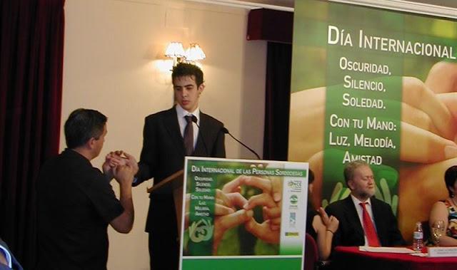 El sordociego Javier García durante una intervención en el Día Internacional de las Personas Sordociegas en 2010