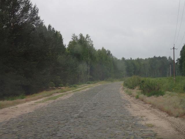 Bruk, prawie jak na drodze do Szacka. Chyba jeszcze z polskich czasów