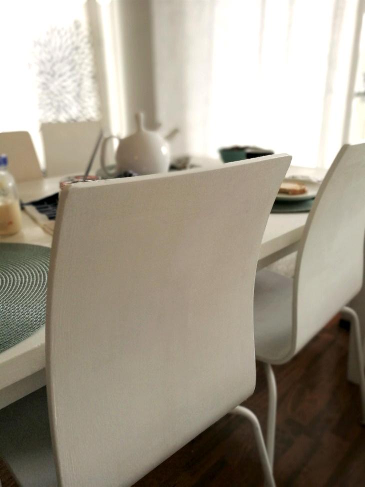 kalkkimaalilla maalatut tuolit