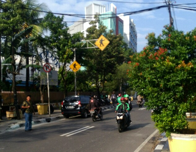 Jalanan di Jakarta Menunjukkan Orang Kaya Tidak Selamanya Tahu Aturan