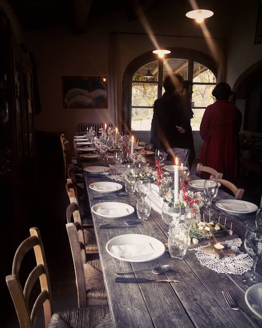 The table setting for a Tuscan Christmas lunch in the Chianti