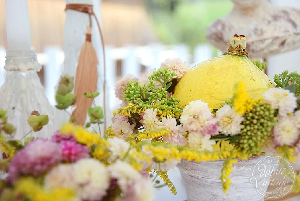 Farbenfrohe Herbstdeko Mit Kürbisssen White Vintage