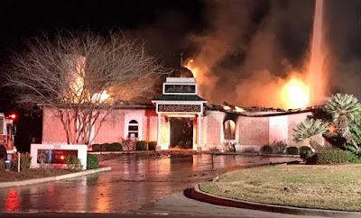 """Trump Umumkan """"Muslim Ban"""", Mesjid Texas Langsung Dibakar Sampai Habis"""