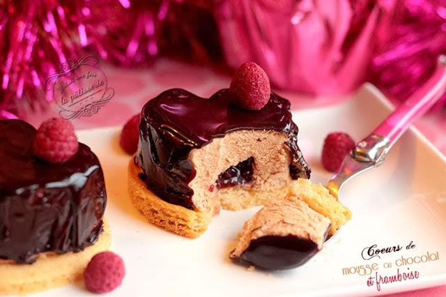 mousse au chocolat avec insert de framboise et palet breton pour noël
