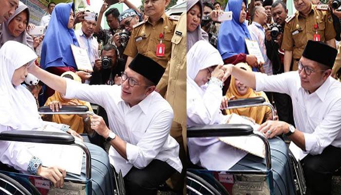 Nurul Istikharah tampak tersenyum. Rasa bahagia tersirat di wajahnya saat bertemu Menag Lukman Hakim Saifuddin yang menyambanginya di pelataran MAN 1 Kota Palu, Provinsi Sulawesi Tengah (Sulteng) pagi itu, Senin (19/11/2018) lalu.