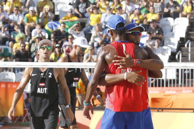 La pareja de Nivaldo Díaz (1) y Sergio González (2) de Cuba, derrota a la pareja austriaca de Clemens Doppler y Alexander Horst, en los octavos de final del voleibol de playa, de los Juegos Olímpicos de Río de Janeiro, en Copacabana, Brasil,  el 12 de agosto de 2016.