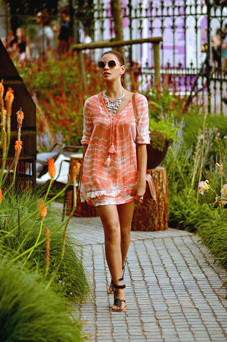 Coral Tunic dress, Chloé Mini marcie bag tan, Pom pom necklace, Tamara Chloé, TC Style Clues. Boho style, Ibiza style