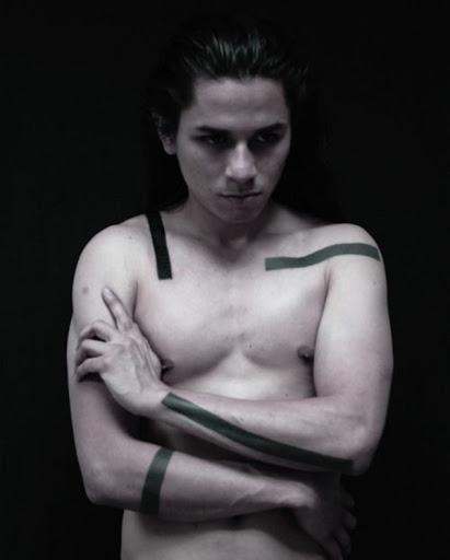 Eu não consigo pensar em nada menos criativo do que se contentar com um punhado de rectângulos pretos para ser cobertos de forma intermitente em torno de seu torso.