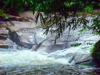Corredeira na Cachoeira do Escorrega, no Sana, Rio de Janeiro