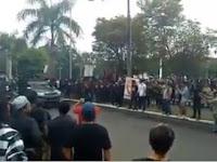VIDEO Kocak! Massa Teriak Referendum, Begitu TNI Lewat Bawa Bayonet Seketika Hening