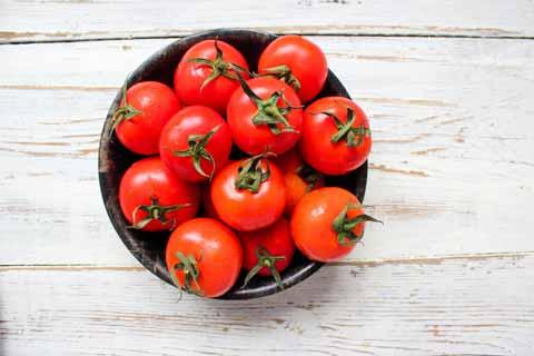 cara memutihkan wajah secara alami dan cepat dengan Tomat