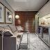 Mesas de encaixe em sofás - veja salas lindas com essa tendência!