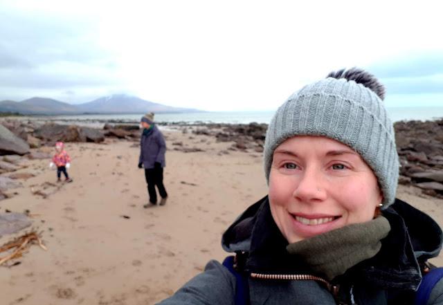 Perhe rannalla, talvikävely rannalla, harmaa tupsupipo, kantoreppu
