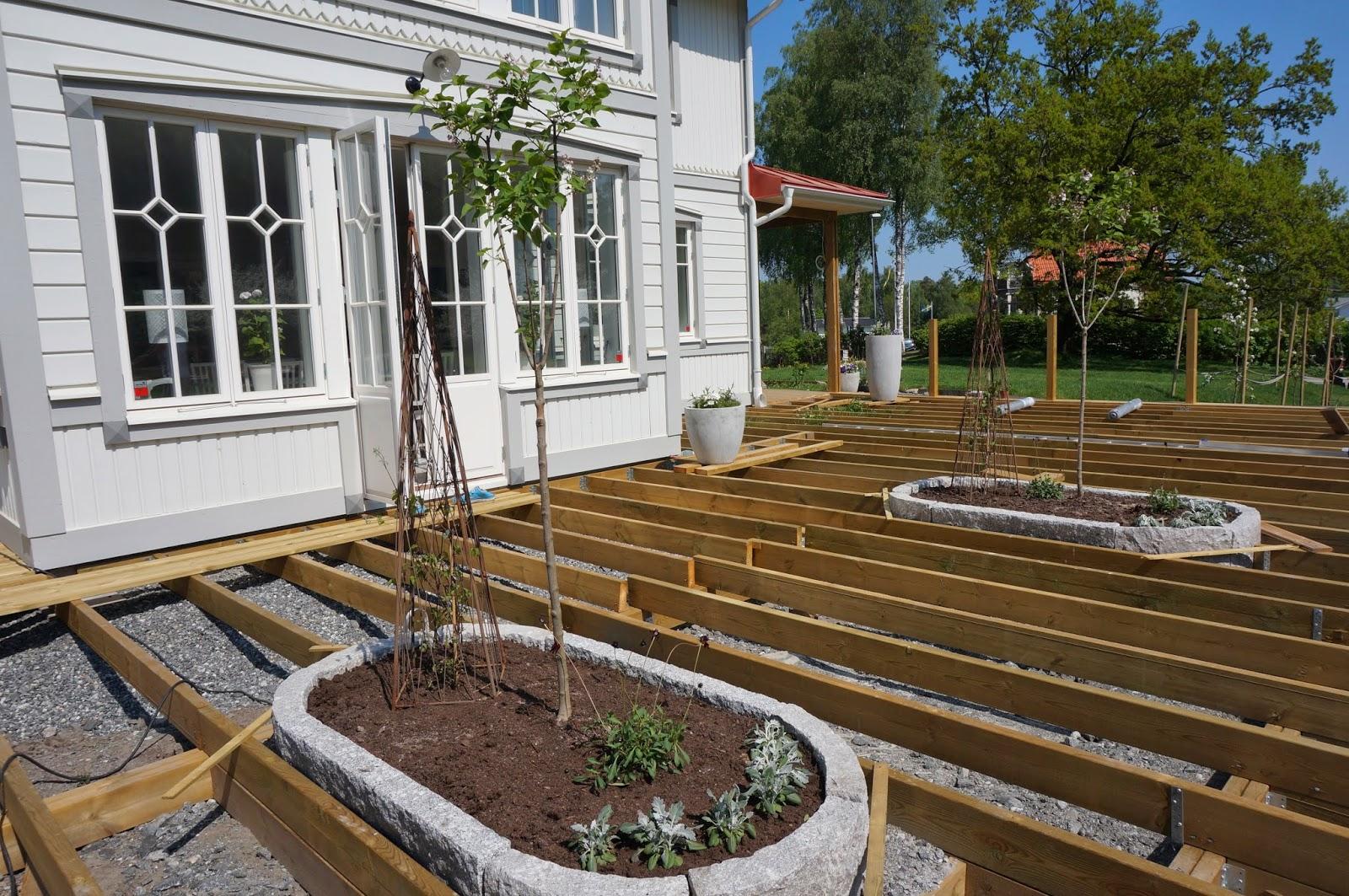 SkärgårdsVillan: Vi planterar och bygger altan i solsken