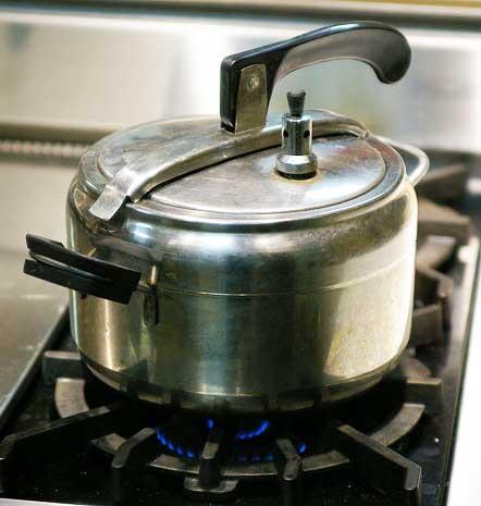 Открывать скороварку нужно только холодной . Если вы попытаетесь открыть горячую, или даже теплую скороварку , то горячая банка со сгущенкой может взорваться и горячая струя может привести к серьезным ожогам.