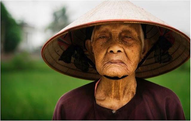 مزارعة مسنة بقرية صغيرة في فيتنام