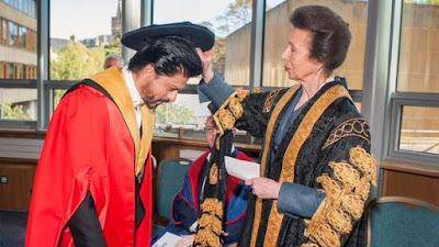 डॉक्टरेट की मानद उपाधि लेते हुए शाहरुख ख़ान।