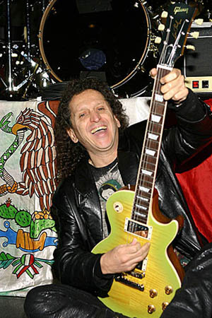 Foto de Alex Lora feliz con su guitarra eléctrica