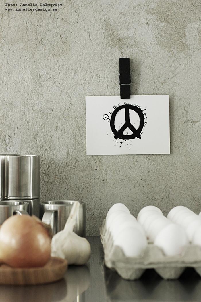 svarta klädnypor, klämma, klämmor, clips, trä, vykort, peace, peacetecken, peacetecknet, svartvit, svartvita, svart och vitt, annelies design, inredning, webbutik, webbutiker, kök,