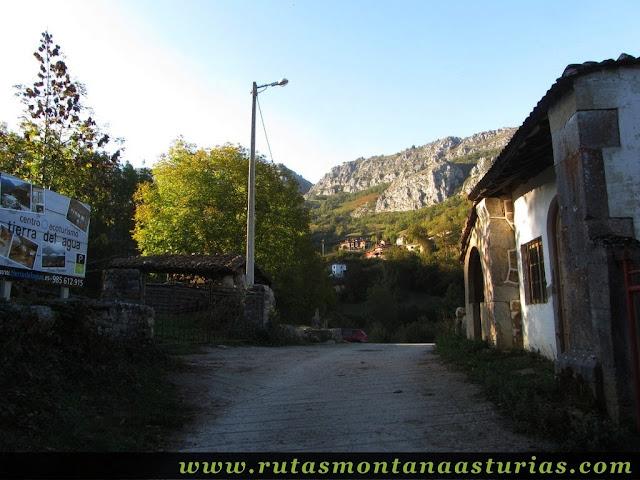 Ruta de los Arrudos y Corteguerón: Llegando al aparcamiento de los Arrudos en Caleao