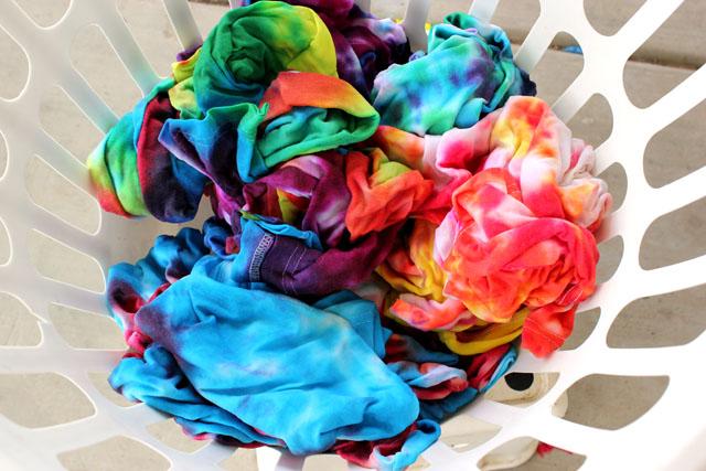 Tips for Tie Dying with Kids #kidscraft #kidsactivity #kids #summer #crafts #diy